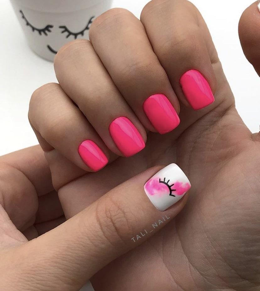 Оттенок спелой малины на коротких ногтях