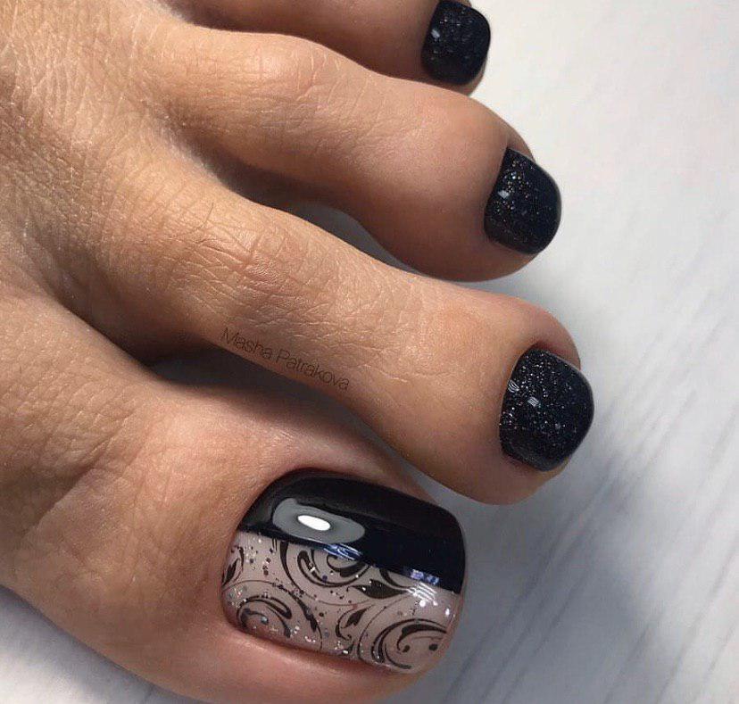 Педикюр дизайн на большом пальце и черный перламутровый гель-лак