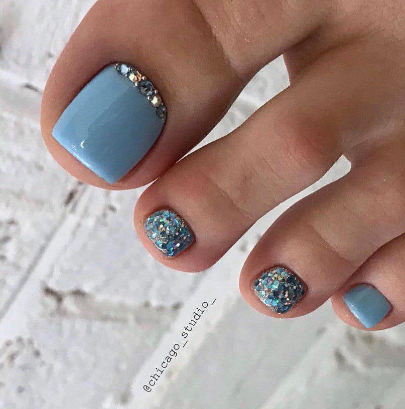 Педикюр цвета приглушенного грязно-голубого оттенка с декором серебром