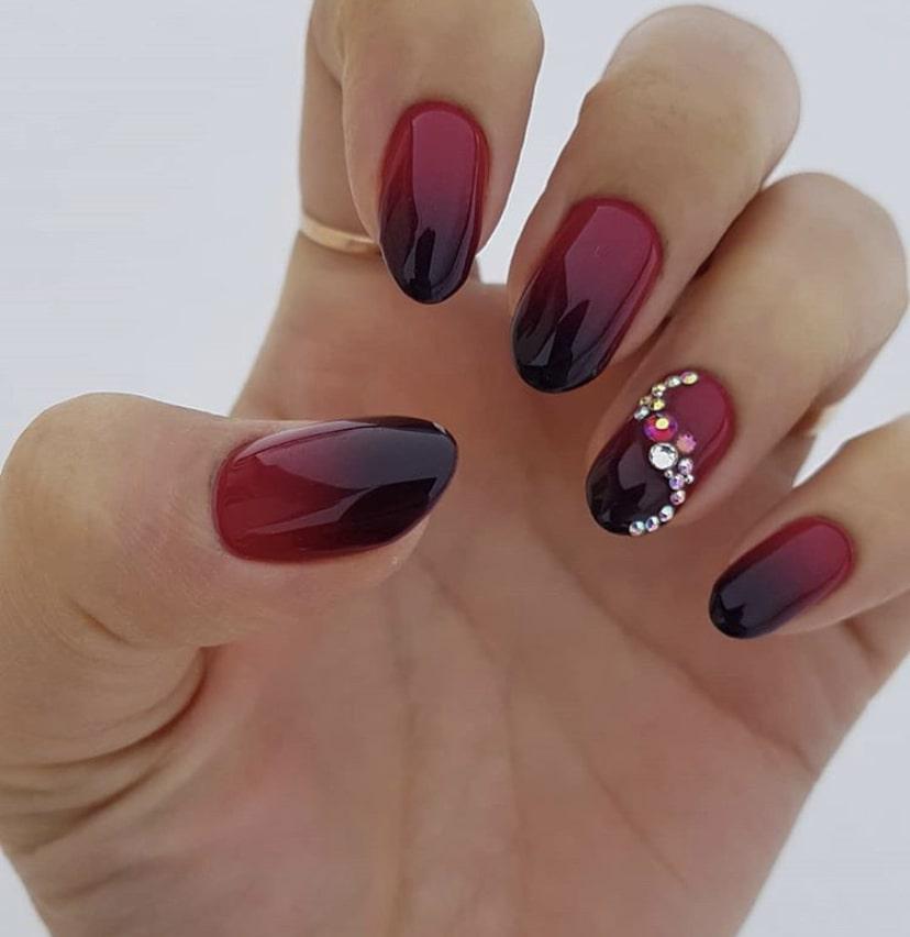 Пример красного омбре на двух ногтях со сплошным основным цветом на остальных