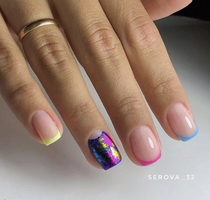 Разноцветный френч на коротких ногтях