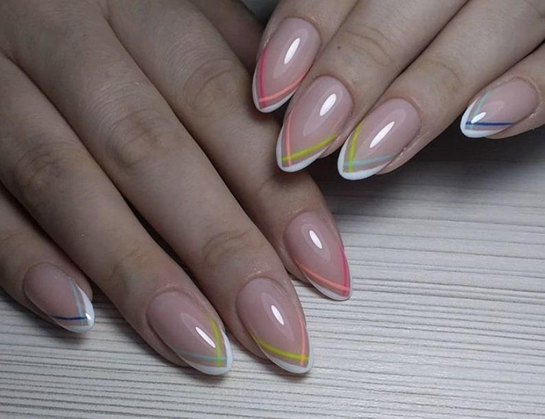 Разноцветный френч на миндалевидных ногтях
