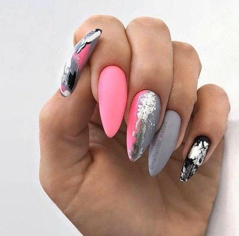 Розово-серое омбре с серебристой фольгой на ногтях овальной формы