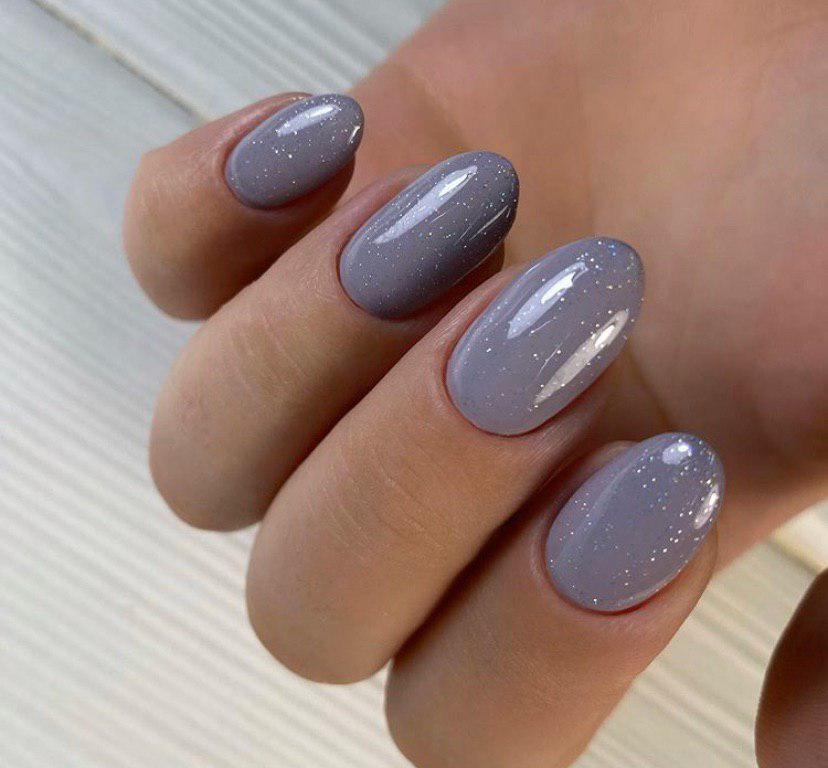 Маникюр серый с глитером на овальной форме ногтей