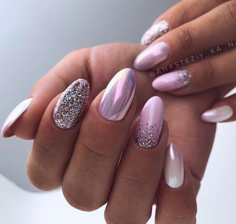 Розовый маникюр с блестками и втиркой на овальной форме ногтей