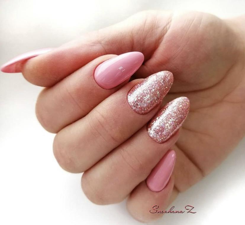 Розовый маникюр с блестками на овальной форме ногтей на зиму универсальный вариант