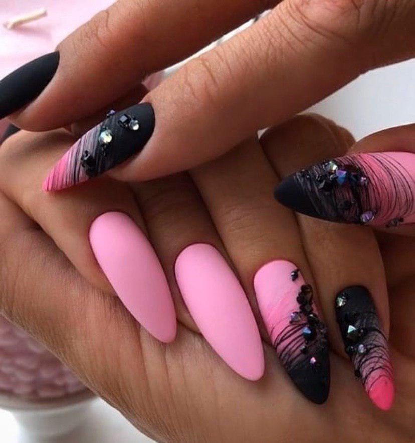 Розовый с черным маникюр со стразами и паутинкой на миндальной форме ногтей в матовом топе и боковым омбре