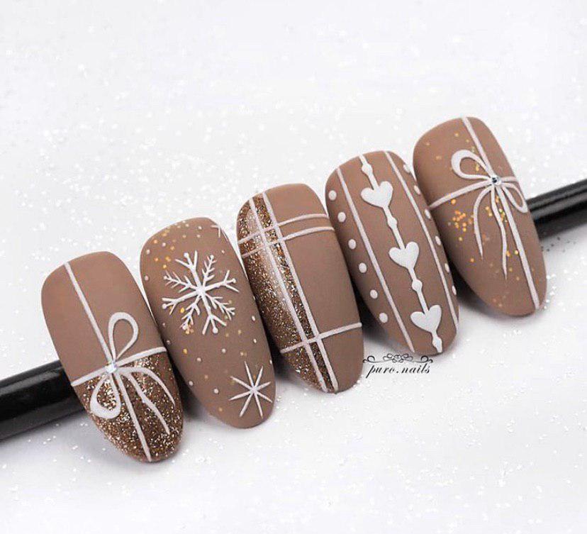 Шикарный новогодний дизайн ногтей в темно-бежевом цвете и матовом топе