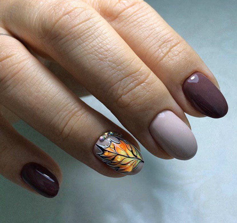 Маникюр в коричневых оттенках с листиком и стразами на осень