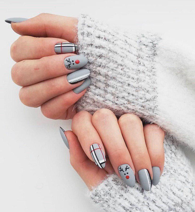 Серый маникюр на новый год в матовом топе с оленем на овальных ногтях