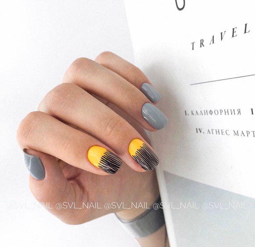 Серый маникюр на осень с желтым и стемпингом