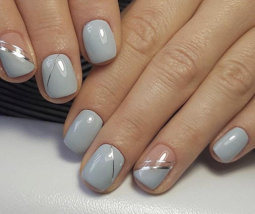 Серый маникюр с полосками на коротких ногтях