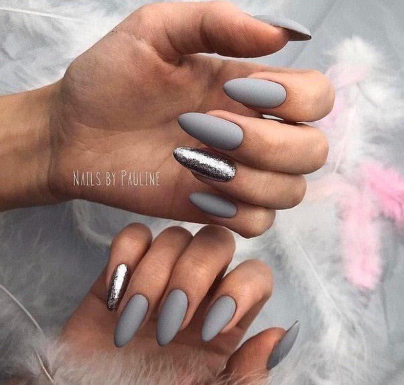 Серый матовый маникюр на длинных ногтях с блестками серебро