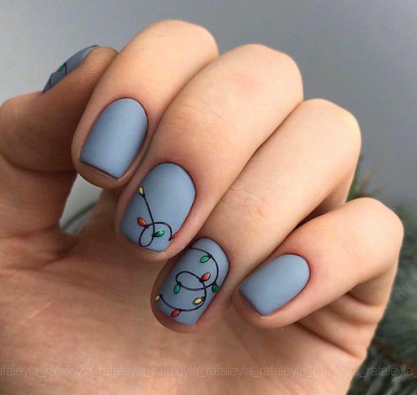 Серый матовый маникюр с гирляндами на коротких ногтях на зиму