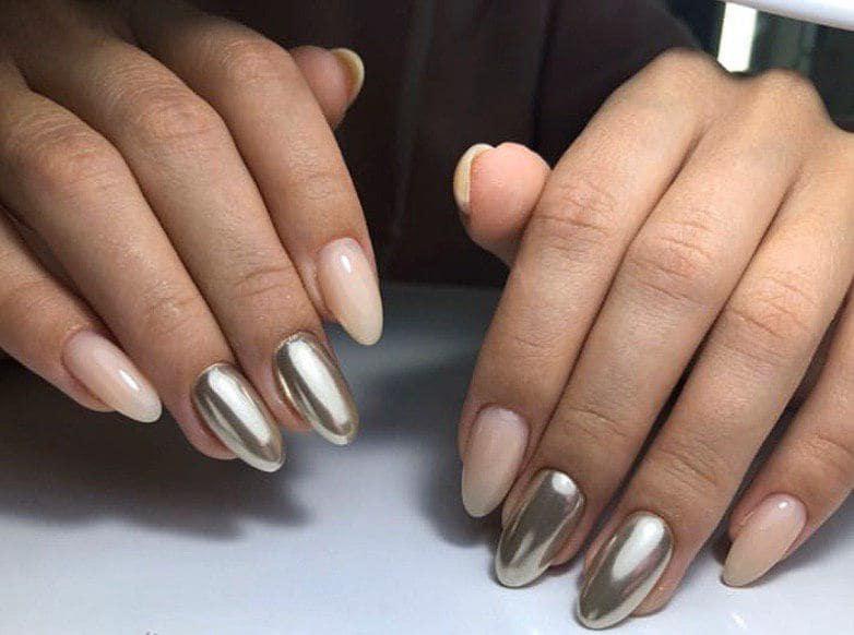 Бежевый маникюр с металической втиркой на овальных ногтях
