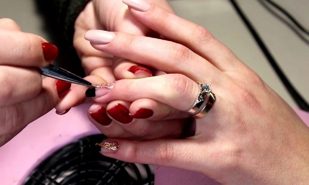 рисуем на ногтях жидким гель-блеском треугольники