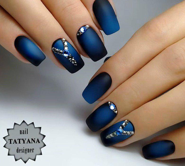 Сине-черное омбре на ногтях от средины ногтя в матовом топе на квадратных ногтях