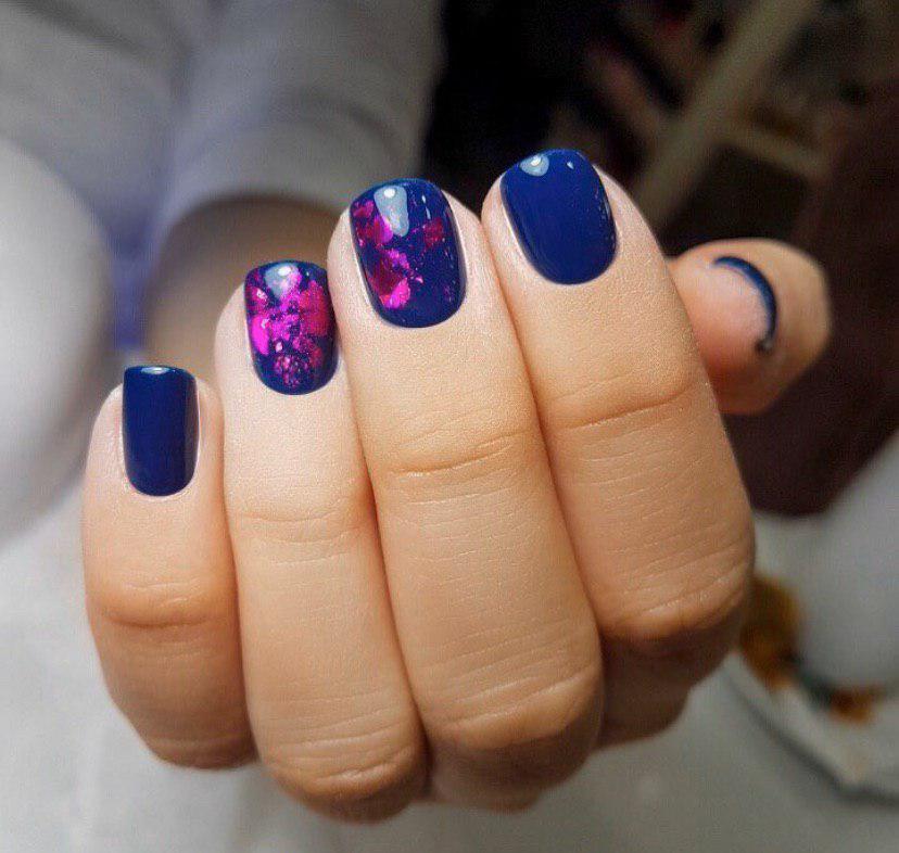 Синий маникюр на коротких ногтях с малиновой фольгой на зиму