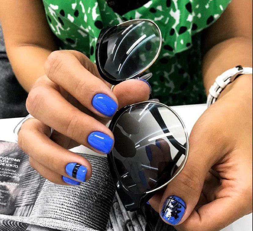 Синий маникюр с дизайном 2020 на коротких ногтях