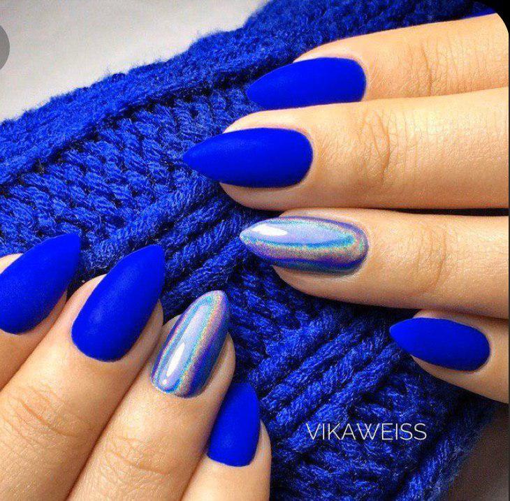 Синий матовый электрик маникюр с голографической втиркой на миндальных ногтях