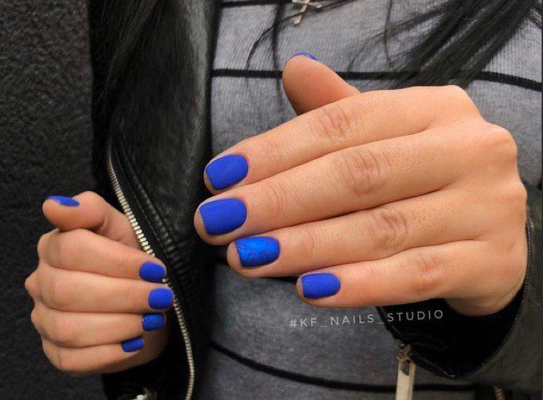 Синий матовый маникюр на коротких ногтях с синей фольгой