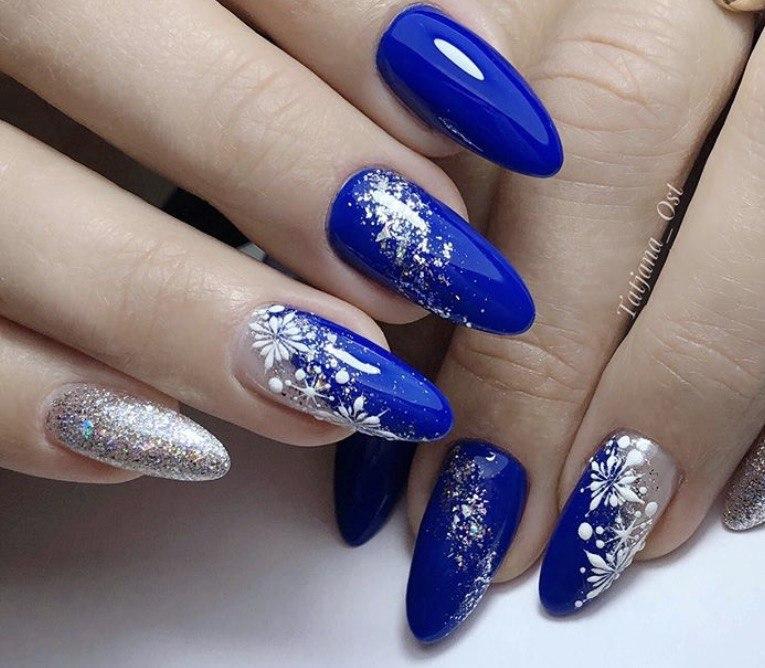 Синий зимний маникюр с серебром и снежинками на зиму