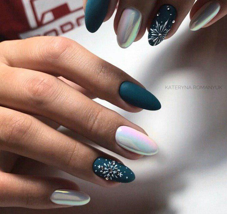 Темно-бирюхзовый маникюр с белым и втиркой на новый год со снежинками на овальных ногтях