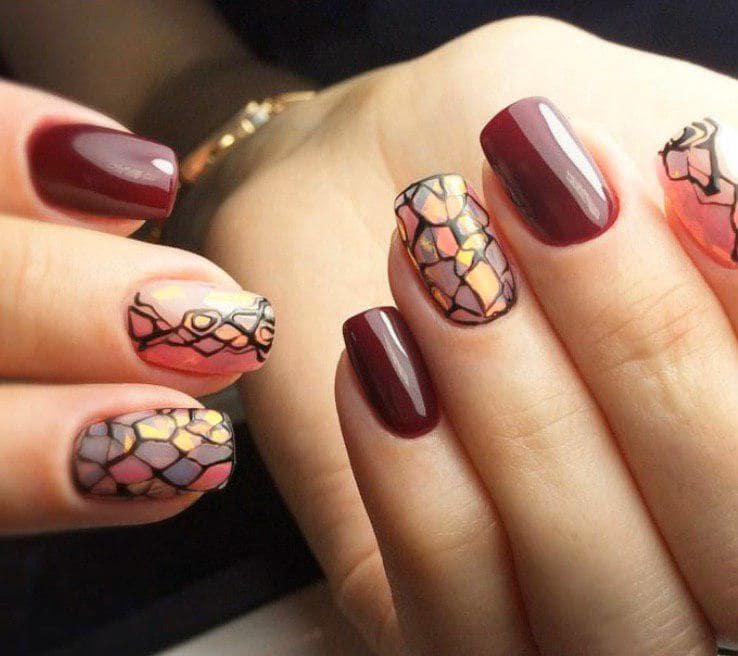 Темно-красный маникюр с битым стеклом на коротких ногтях
