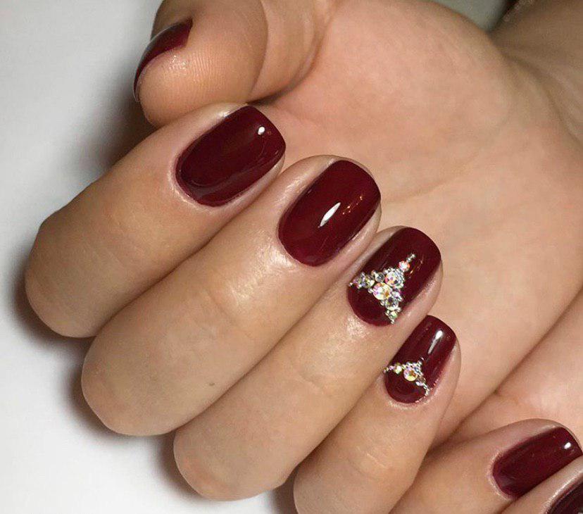 Темно-красный маникюр с ожерельем на коротких квадрвтных ногтях