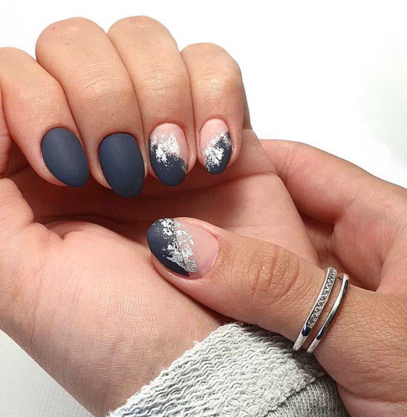 Темно-серый маникюр на коротких ногтях в матовом топе с фольгой