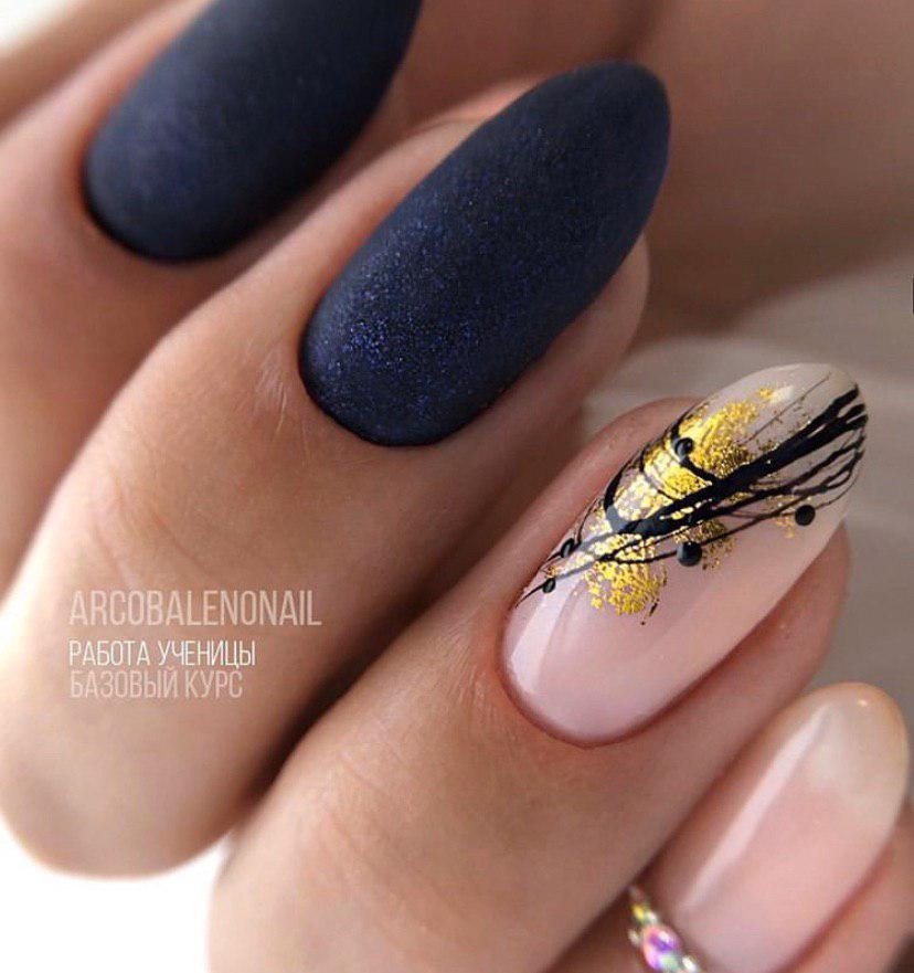 Темно-синий маникюр на овальных ногтях с фольгой и паутинкой