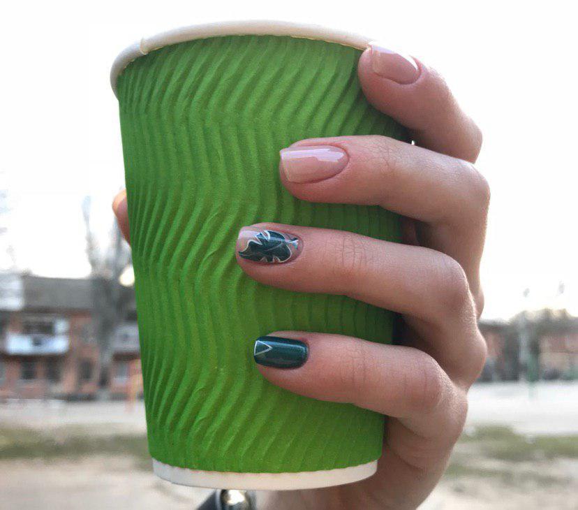 Темно-зеленый с бежевым маникюр на коротких ногтях с листком монстеры