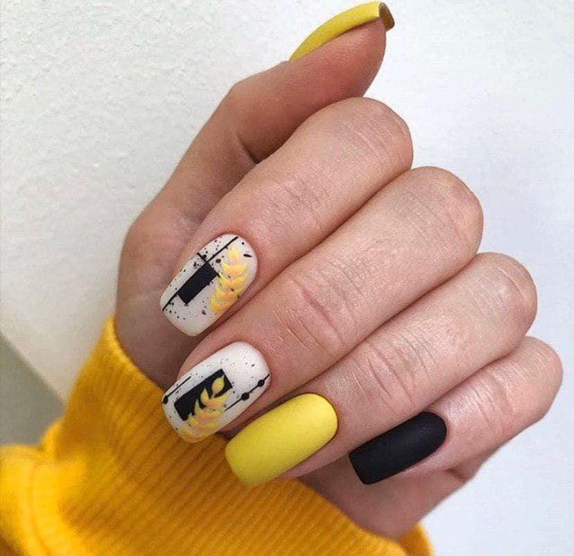 Теплый осенний маникюр черно желтыми цветами