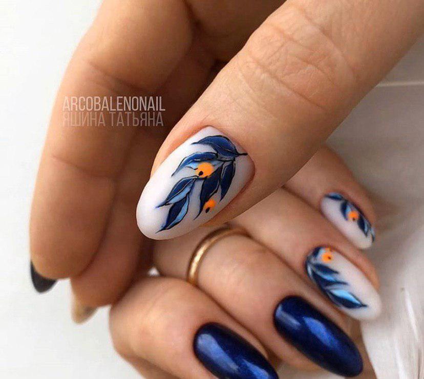 Тесно-синий маникюр с дизайном на матовом фоне веточка с ягодами на овальной форме ногтей