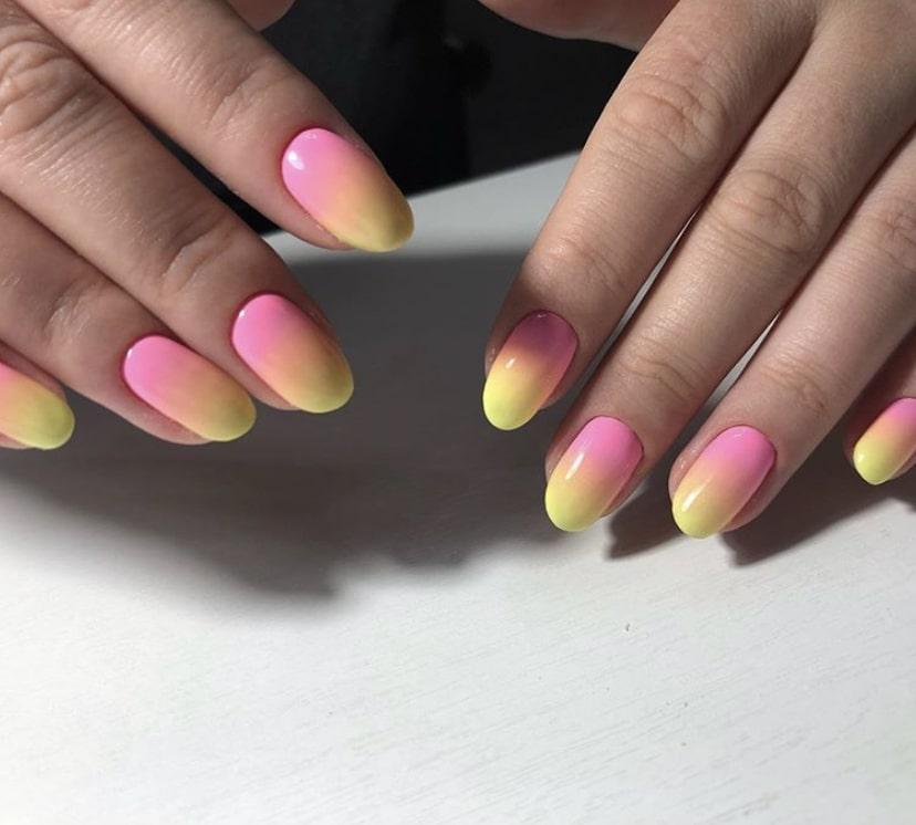 Великолепный маникюр с омбре на овальных коротких ногтях