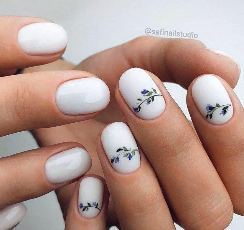 Весенний маникюр на коротких ногтях с дизайном минимализм
