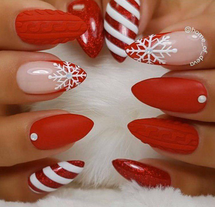 Яркий красный маникюрна Новый год с френчем и снежинками