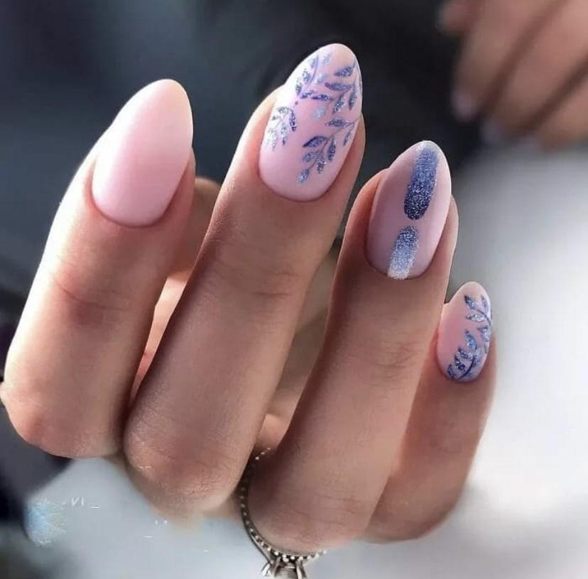 Яркие ногти миндалевидной формы с дизайном в виде рисунка