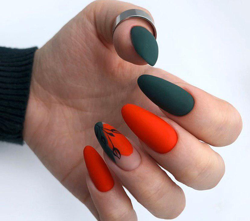 Зеленый с красным матовый маникюр с дизайном на длинных ногтях миндальной формы