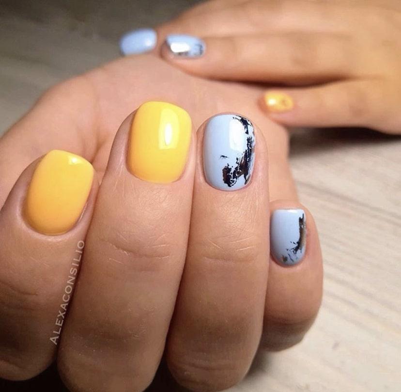 Желто-голубой маникюр