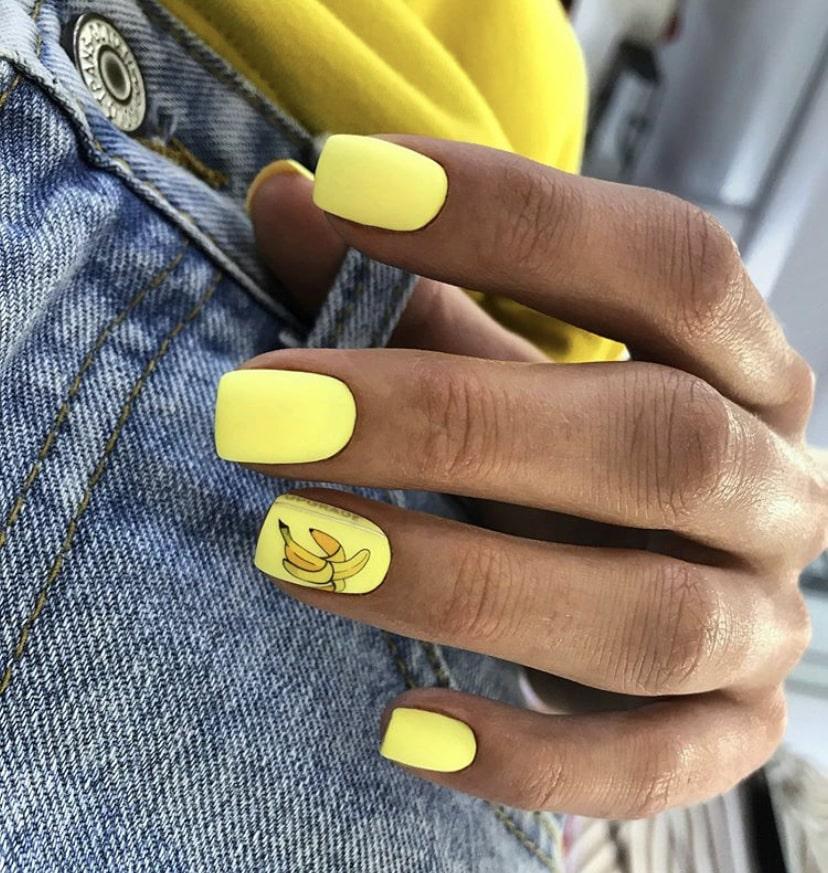 Желтый маникюр на широких и коротких ногтях