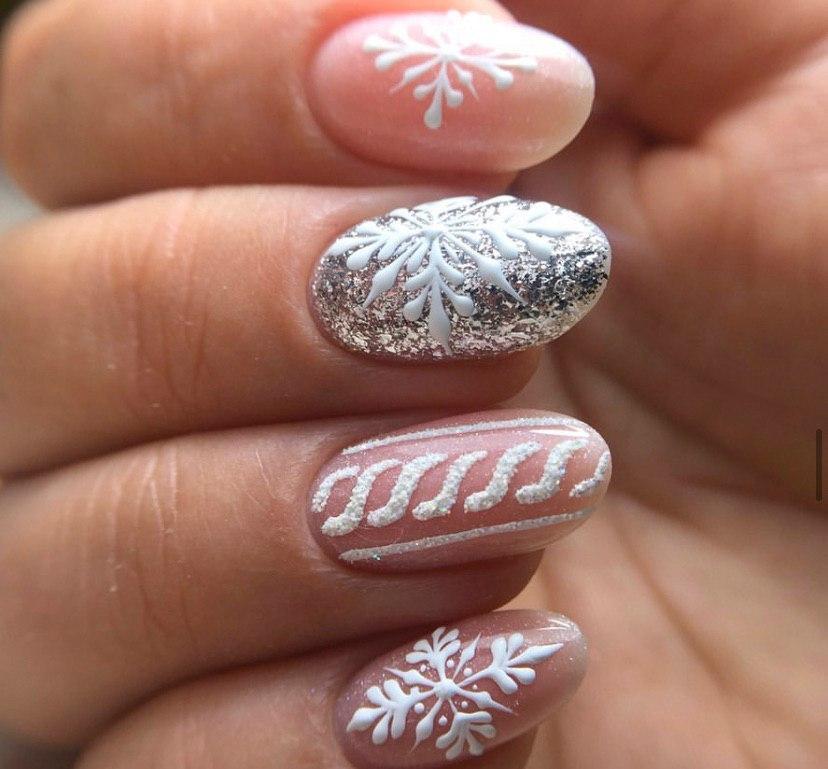 Зимний маникюр на коротких овальных ногтях