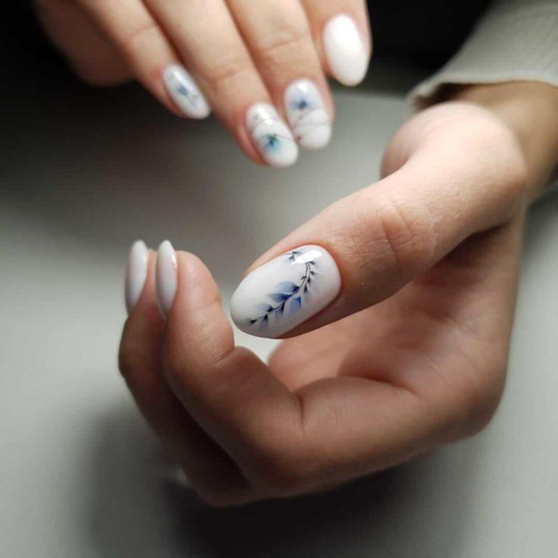 Акварельная роспись на белые короткие ногти