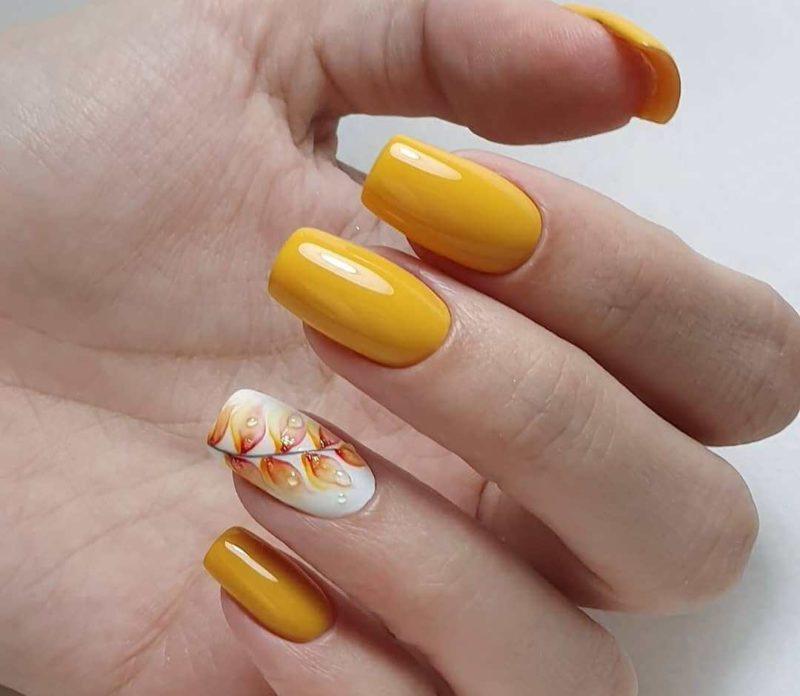 Акварельная роспись желтым на длинные ногти