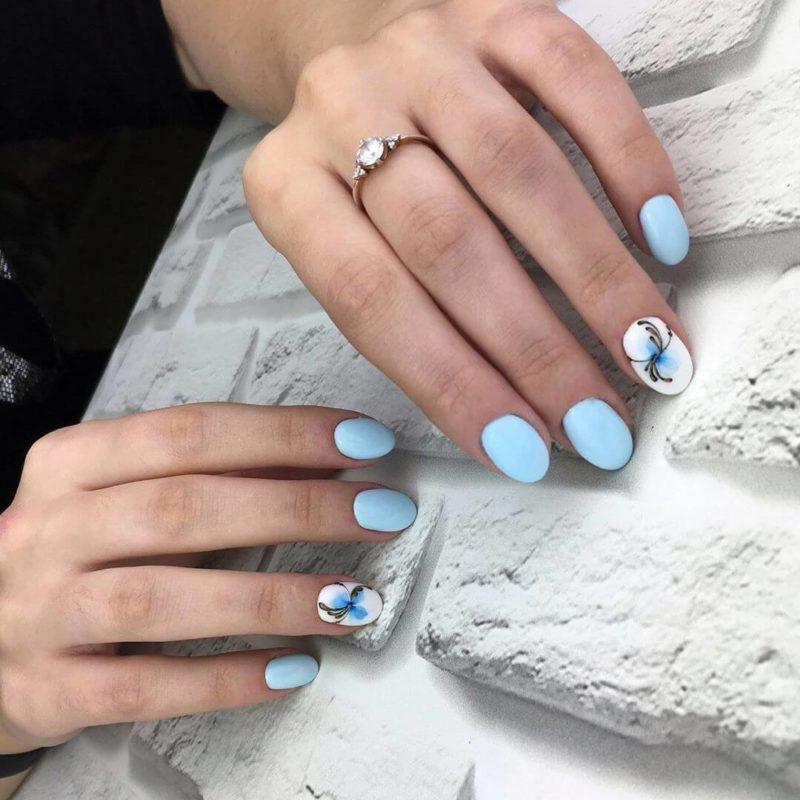 Голубая акварельная роспись на короткие ногти