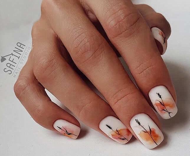 Акварельная роспись с оранжевым рисунком на короткие ногти