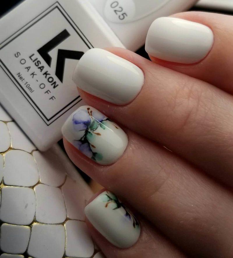 Сдержанная акварельная роспись на короткие ногти