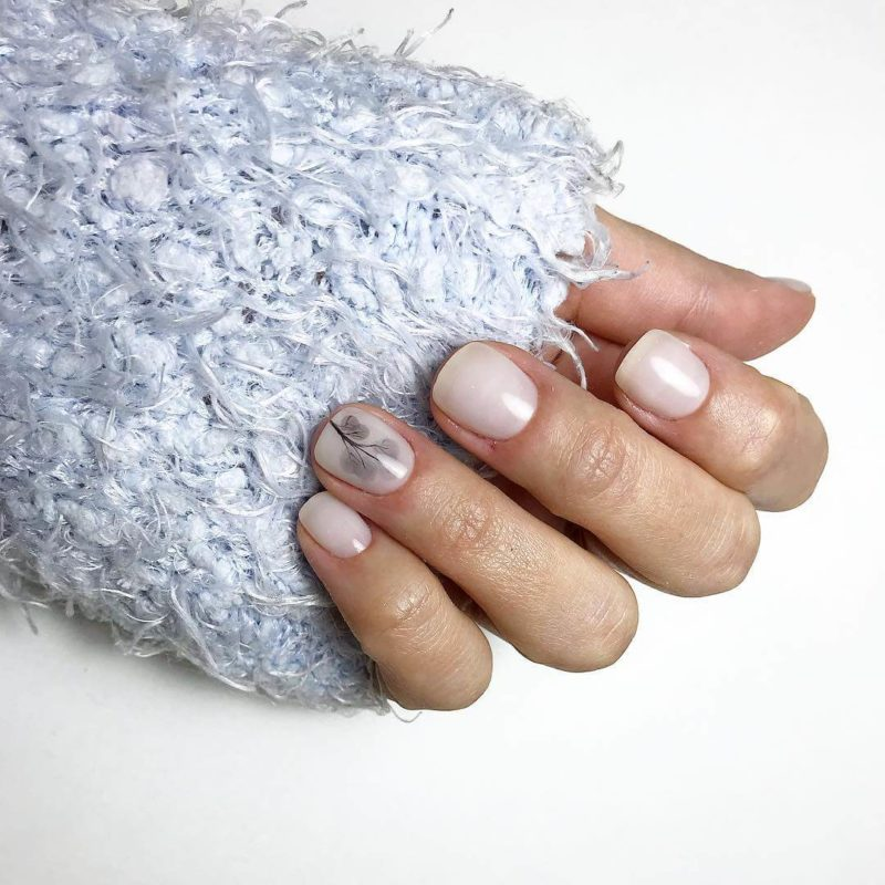 Скромная акварельная роспись на короткие ногти