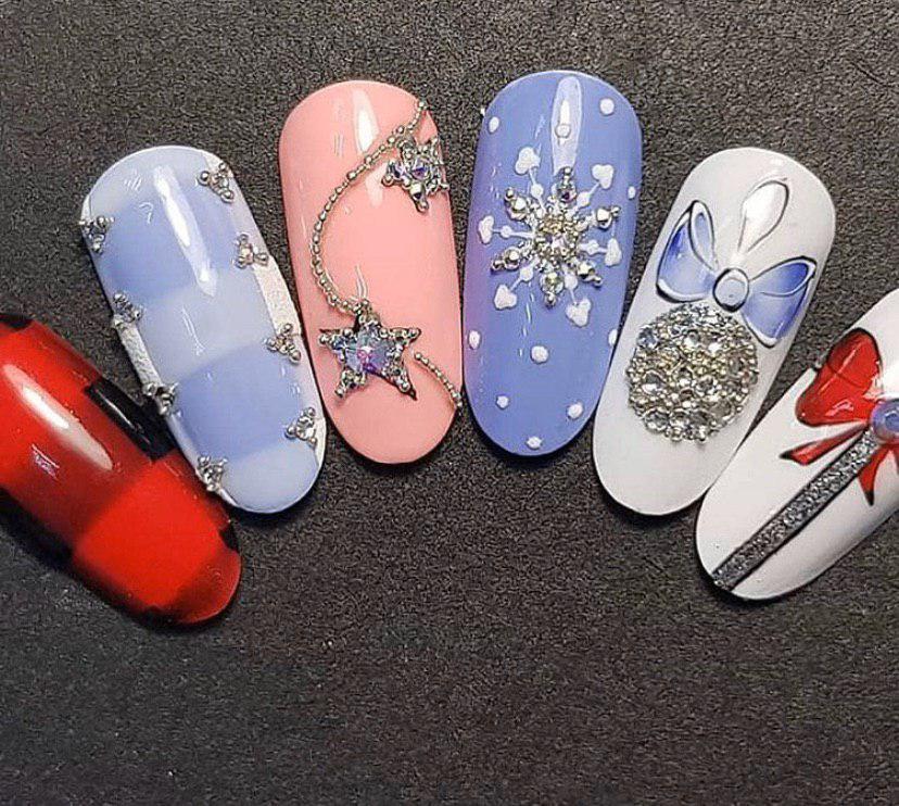маникюр на новый год в голубых тонах со снежинками и перчаткой