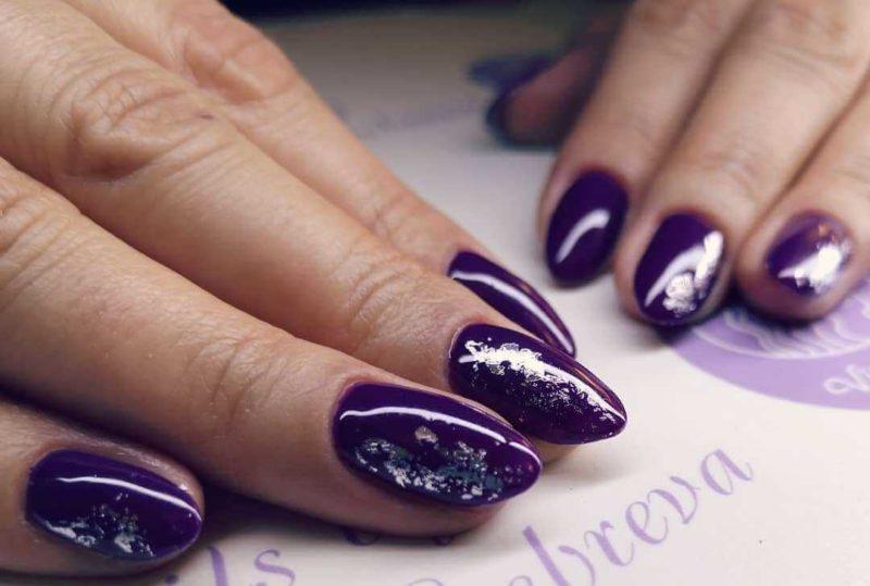 Баклажановый маникюр со слюдой на длинных ногтях